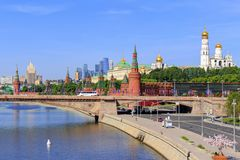 莫斯科,俄罗斯- 2018年6月03日:克里姆林宫看法Moskvoretskaya堤防背景的与Bol ` shoy Moskvoretskiy增殖比的 库存照片