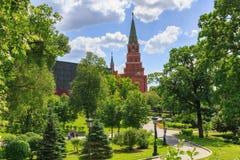 莫斯科,俄罗斯- 2018年6月03日:克里姆林宫Borovitskaya塔的绿色树和蓝天背景在晴朗的夏日 免版税库存照片