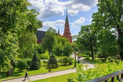 莫斯科,俄罗斯- 2018年6月03日:克里姆林宫Borovitskaya塔Alexandrovsky庭院背景的在晴朗的夏日 库存图片