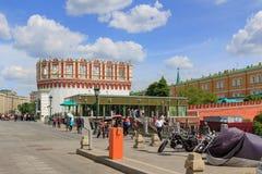 莫斯科,俄罗斯- 2018年6月03日:克里姆林宫Kutafiya塔蓝天背景的 从Sapozhkovaya广场的看法晴朗的 库存照片