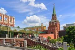 莫斯科,俄罗斯- 2018年6月03日:入口向克里姆林宫 从Sapozhkovaya广场的看法 库存照片