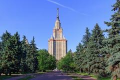 莫斯科,俄罗斯- 2018年6月02日:公园看法在罗蒙诺索夫莫斯科国立大学MSU附近的在晴朗的夏天晚上 库存照片