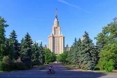 莫斯科,俄罗斯- 2018年6月02日:公园看法在莫斯科国立大学附近MSU大厦的在晴朗的夏天晚上 库存照片