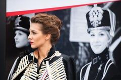 莫斯科,俄罗斯- 2013年5月30日:军服的一个女孩在红场站立 免版税库存照片