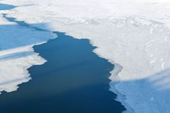 莫斯科,俄罗斯- 2018年2月01日:冰Moskva河表面上在晴朗的冬日 库存照片