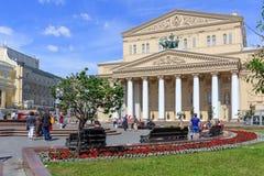 莫斯科,俄罗斯- 2018年6月03日:剧院正方形和莫斯科大剧院在一个晴朗的夏天早晨 免版税库存图片