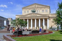 莫斯科,俄罗斯- 2018年6月03日:剧院正方形的走的游人在莫斯科大剧院附近大厦在一个晴朗的夏天早晨 库存图片