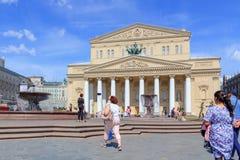 莫斯科,俄罗斯- 2018年6月03日:剧院的走的游人摆正在喷泉在一个晴朗的夏天早晨 免版税库存照片