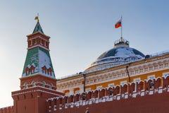莫斯科,俄罗斯- 2018年2月01日:参议院塔背景的参议院宫殿  克里姆林宫晴朗的冬日 图库摄影