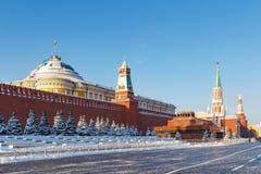 莫斯科,俄罗斯- 2018年2月01日:参议院宫殿和列宁` s的看法红场的陵墓 莫斯科冬天 免版税库存照片