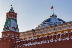 莫斯科,俄罗斯- 2018年2月01日:参议院宫殿大厦参议院塔背景的  克里姆林宫在晴朗的冬天da 免版税库存照片