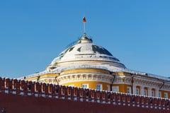 莫斯科,俄罗斯- 2018年2月01日:参议院宫殿大厦蓝天背景的 克里姆林宫晴朗的冬日 免版税库存图片
