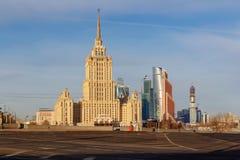 莫斯科,俄罗斯- 2018年3月25日:反对蓝天的拉迪森皇家旅馆旅馆乌克兰纳在春天早晨 库存照片