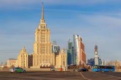 莫斯科,俄罗斯- 2018年3月25日:反对蓝天的拉迪森皇家旅馆旅馆乌克兰纳 免版税图库摄影