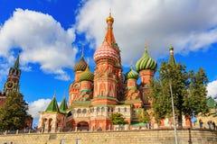 莫斯科,俄罗斯- 2018年9月30日:圣蓬蒿克里姆林宫大教堂和Spasskaya塔看法反对天空蔚蓝的与 库存图片