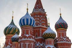 莫斯科,俄罗斯- 2018年2月01日:圣蓬蒿红场特写镜头的` s大教堂圆顶  莫斯科冬天 图库摄影
