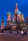 莫斯科,俄罗斯- 2018年4月30日:圣蓬蒿红场的` s大教堂看法  在日落前 免版税库存照片