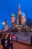 莫斯科,俄罗斯- 2018年4月30日:圣蓬蒿红场的` s大教堂看法  在日落前 免版税库存图片