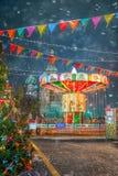 莫斯科,俄罗斯- 2017年12月5日:圣诞树和转盘抵价屋在红场分泌树液在莫斯科,俄罗斯 库存照片