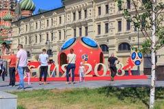 莫斯科,俄罗斯- 2018年6月03日:在世界杯足球赛附近俄罗斯的标志的走的游人2018年在Zaryadye公园在一个晴朗的夏天 库存照片