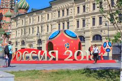 莫斯科,俄罗斯- 2018年6月03日:在世界杯足球赛附近俄罗斯的标志的走的游人2018年在Zaryadye公园在一个晴朗的夏天 库存图片