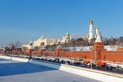 莫斯科,俄罗斯- 2018年2月01日:在克里姆林宫下墙壁的Kremlevskaya堤防晴朗的冬日 莫斯科冬天 免版税库存图片