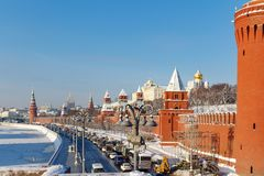莫斯科,俄罗斯- 2018年2月01日:在克里姆林宫下墙壁的Kremlevskaya堤防晴朗的冬日 莫斯科冬天 图库摄影
