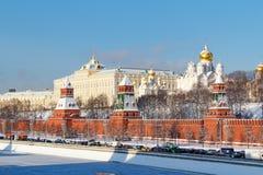 莫斯科,俄罗斯- 2018年2月01日:在克里姆林宫下墙壁的Kremlevskaya堤防蓝天背景的 wint的莫斯科 图库摄影