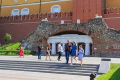 莫斯科,俄罗斯- 2018年6月03日:在克里姆林宫的中间武库塔的附近亭子废墟洞穴一晴朗的夏天mornin的 免版税库存照片