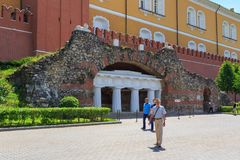 莫斯科,俄罗斯- 2018年6月03日:在克里姆林宫的中间武库塔的附近亭子废墟洞穴在夏天 免版税库存照片