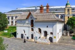 莫斯科,俄罗斯- 2018年6月03日:在克里姆林宫附近的老英国法院博物馆 从Zaryadye公园的看法在一个晴朗的夏天早晨 库存照片