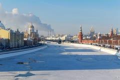 莫斯科,俄罗斯- 2018年2月01日:在克里姆林宫附近的Moskva河在一个晴朗的冬日 莫斯科冬天 免版税图库摄影