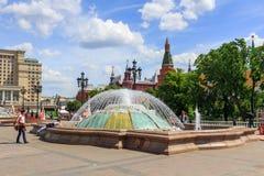 莫斯科,俄罗斯- 2018年6月03日:在喷泉附近的游人步行在Manezhnaya广场在莫斯科在一个晴朗的夏天早晨 免版税图库摄影