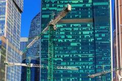 莫斯科,俄罗斯- 2018年4月14日:在国际商业中心莫斯科ci玻璃门面背景的建筑用起重机  免版税库存照片