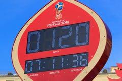 莫斯科,俄罗斯- 2018年2月14日:在开始的读秒定时器冠军世界杯足球赛Manezhnaya的俄罗斯之前2018年 免版税库存图片