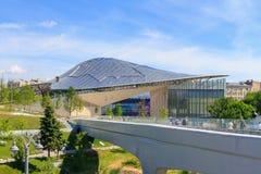 莫斯科,俄罗斯- 2018年6月03日:在浮桥的看法和小圆形露天剧场在Zaryadye在一个晴朗的夏天早晨停放 免版税库存图片