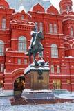莫斯科,俄罗斯- 2018年2月01日:在状态历史博物馆附近安排茹科夫纪念碑在莫斯科 莫斯科冬天 免版税图库摄影