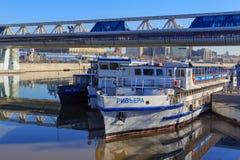 莫斯科,俄罗斯- 2018年4月14日:在码头的游船在国际商业中心莫斯科城市附近的莫斯科河 图库摄影