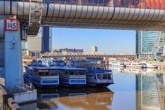 莫斯科,俄罗斯- 2018年4月14日:在码头的游船在国际商业中心莫斯科城市附近的莫斯科河 库存图片