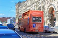 莫斯科,俄罗斯- 2018年6月03日:在红场附近的游览车在莫斯科在一个晴朗的夏天早晨 免版税库存图片