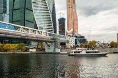 莫斯科,俄罗斯- 2017年10月24日:在莫斯科国际商业中心旁边码头的现代业务分类游船  免版税库存图片