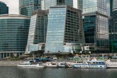 莫斯科,俄罗斯- 2017年10月24日:在莫斯科国际商业中心旁边码头的现代业务分类游船  库存图片