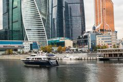 莫斯科,俄罗斯- 2017年10月24日:在莫斯科国际商业中心旁边码头的现代业务分类游船  图库摄影