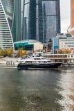莫斯科,俄罗斯- 2017年10月24日:在莫斯科国际商业中心旁边码头的现代业务分类游船  库存照片