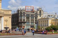 莫斯科,俄罗斯- 2018年6月03日:在莫斯科大剧院附近的中央部门商店TSUM在莫斯科在一个晴朗的夏天早晨 库存图片