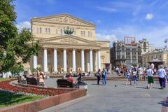 莫斯科,俄罗斯- 2018年6月03日:在莫斯科大剧院附近的剧院正方形在莫斯科在一个晴朗的夏天早晨 免版税库存图片
