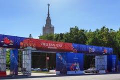 莫斯科,俄罗斯- 2018年6月02日:在莫斯科扇动爱好者国际足球联合会在麻雀山的爱好者费斯特节日区域2018年 库存图片