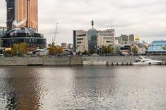 莫斯科,俄罗斯- 2017年10月24日:在莫斯科河的现代业务分类游船 俄国 免版税库存照片