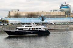 莫斯科,俄罗斯- 2017年10月24日:在莫斯科河的现代业务分类游船 俄国 免版税库存图片