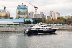 莫斯科,俄罗斯- 2017年10月24日:在莫斯科河的现代业务分类游船 俄国 免版税图库摄影